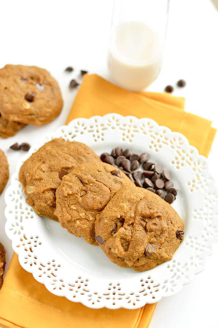 Perfectly soft baked Pumpkin Chocolate Chip Oatmeal Cookies made ...