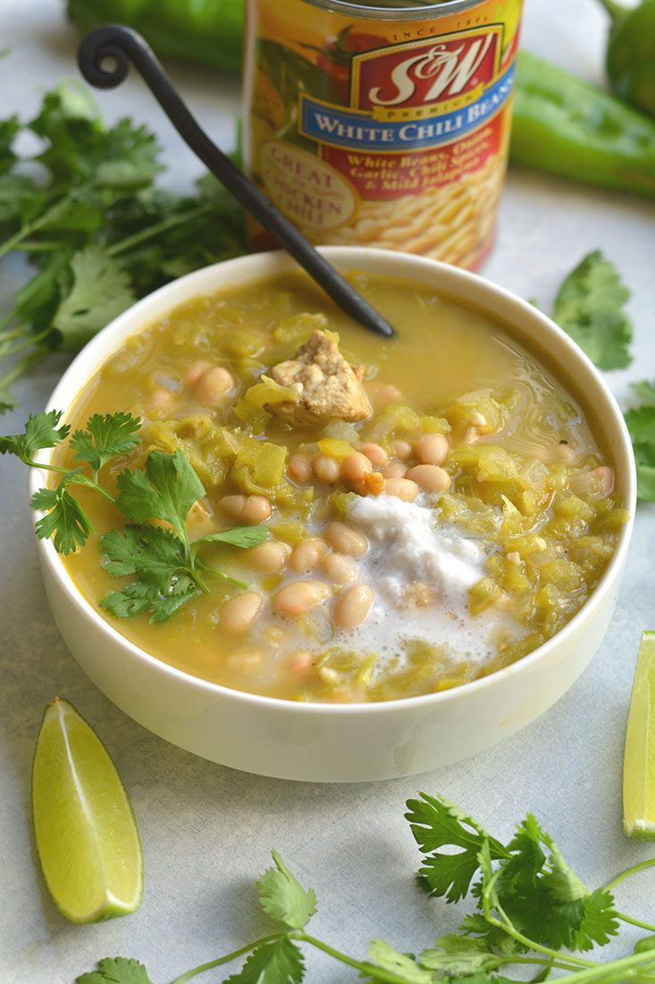 Healthy White Chicken Chili! A flavorful, hearty chili make with a few simple ingredients. A fiber and proteinrich meal that will feed many. Easy to make in 20 minutes of less! Gluten free + Low Calorie