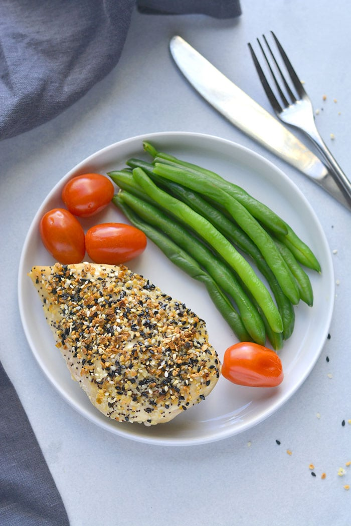 Everything Bagel Chicken! Juicy, baked chicken crusted with everything bagel seasoning. An easy 30-minute meal that takes chicken from boring to delicious! Low Carb + Paleo + Gluten Free + Low Calorie