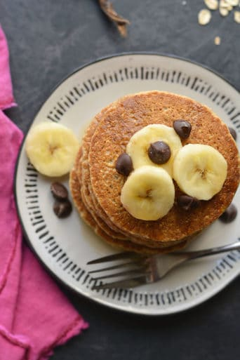 Healthy Banana Oat Pancakes! Made with simple ingredients, these healthy pancakes are low calorie, high fiber, egg free and have no added sugar. Meal prep them for a healthy breakfast all week long! Gluten Free + Low Calorie + Vegan